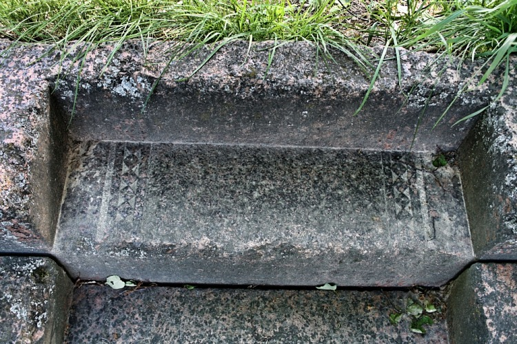 Основание для надгробного памятника из искусственного камня