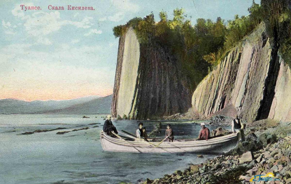 Дачники на фоне скалы Киселева