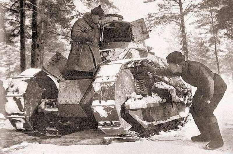 Красноармейцы осматривают трофейный финский танк Рено FT-17