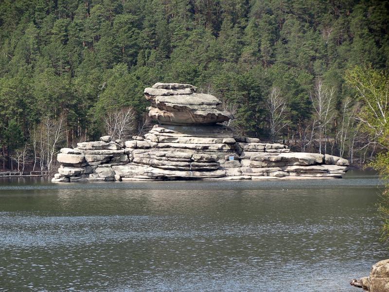 Rätsel-Stein (Zhumbaktas) in der Blauen Bucht.