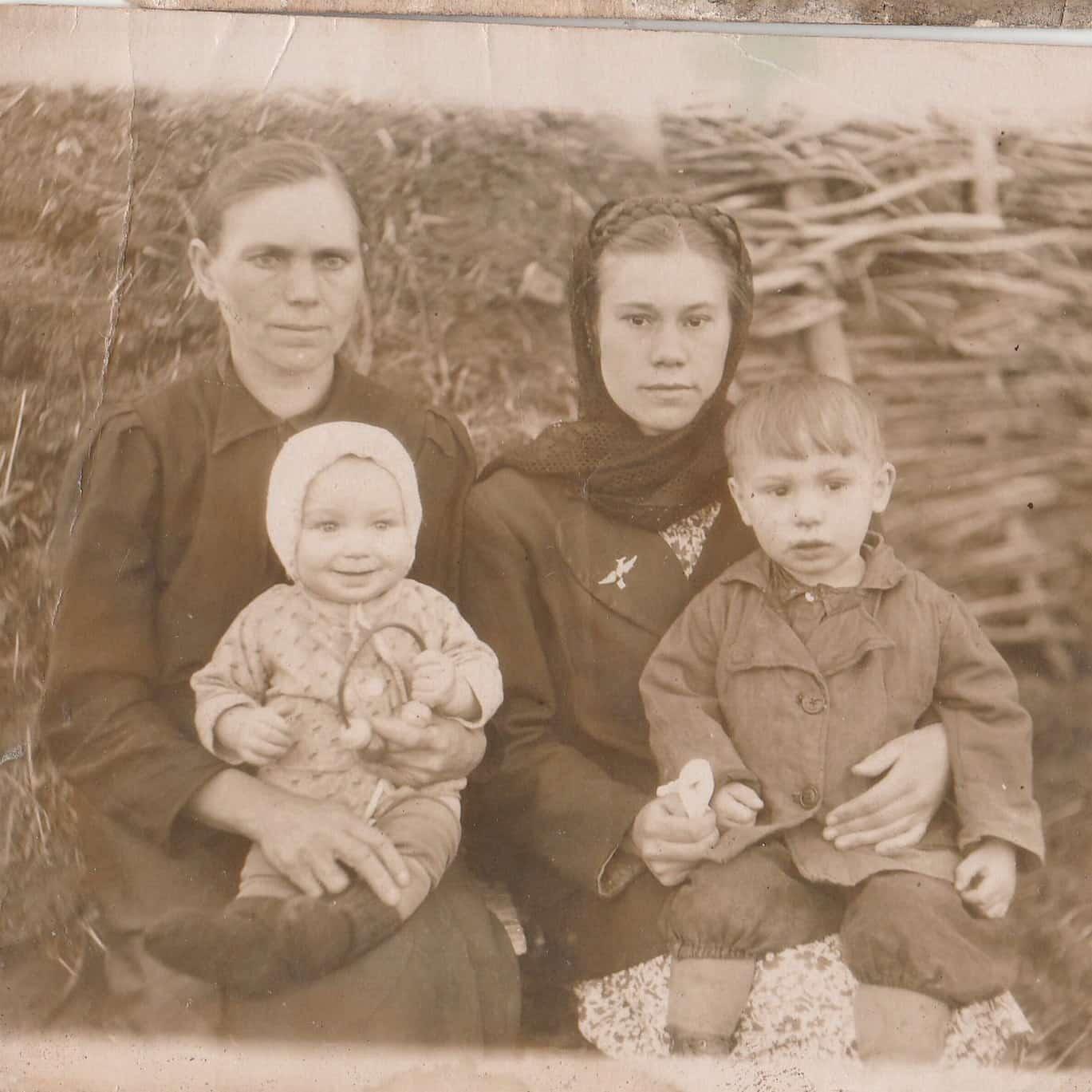 баба Нюра, отец на коленях сестры