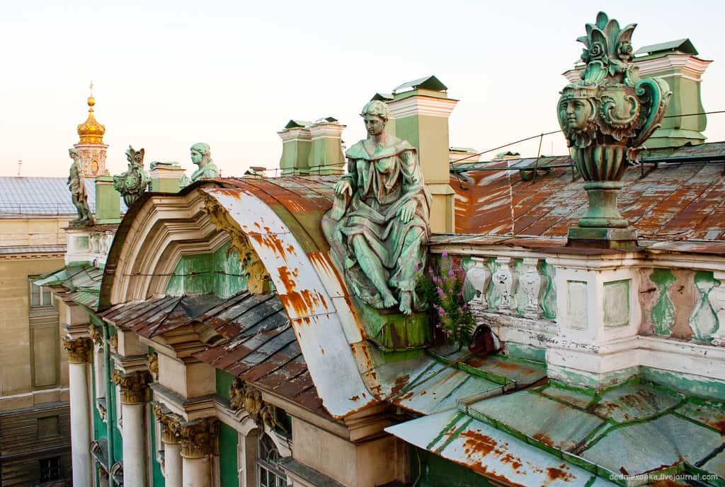 """""""Урны"""" на крыше Зимнего дворца, рядом с колонной Монферрана."""