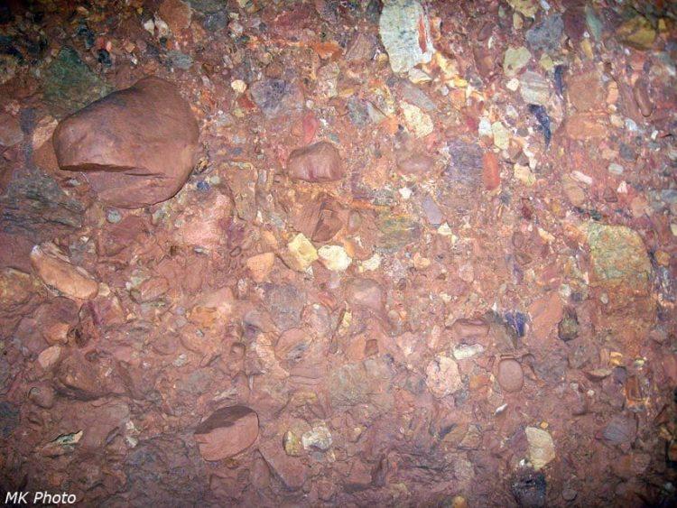 Struktura horniny uvnitř Oblázkové jeskyně