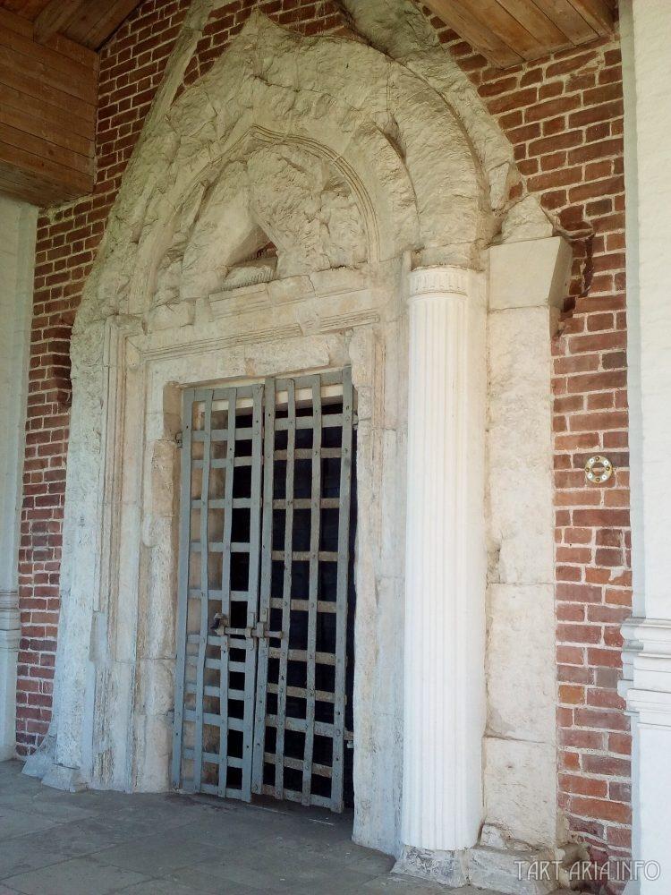 """Один из двух портал """"в никуда"""" на фасадах церкви"""