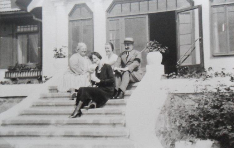 Законные владельцы усадьбы Халахальня на крыльце своего дома. 1930-е гг. Фото из коллекции Печорского музея.