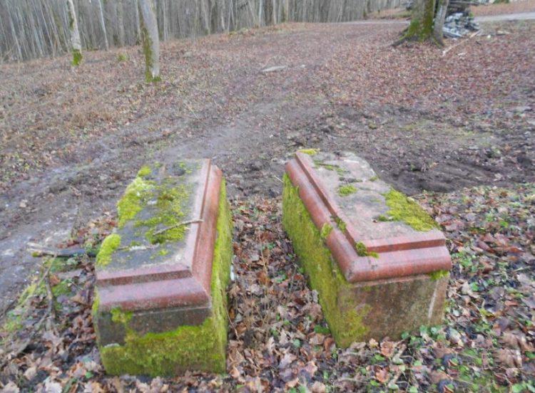 Надгробные плиты из часовни Святых Фрола и Лавра, которая рухнула ещё задолго до пожара в имении