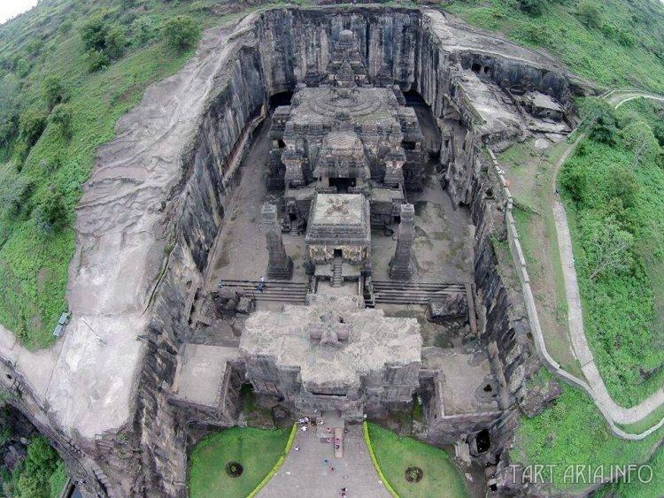 Вырубленный из скалы храм Кайласанатха, вид сверху