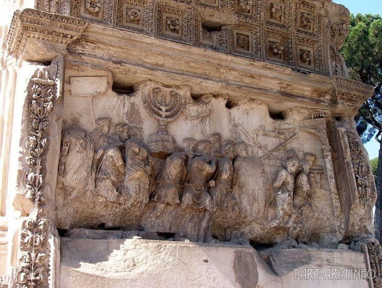 Крупный план рельефа с изображением трофеев после осады Иерусалима.